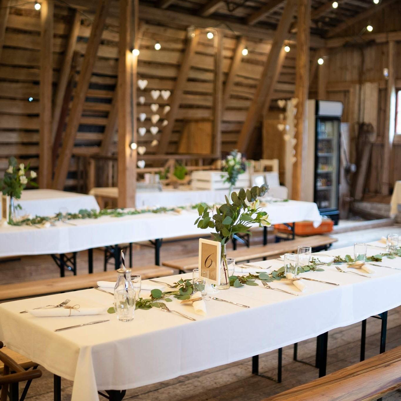 Juhlapöytien koristelua Marttilan Tinkissä