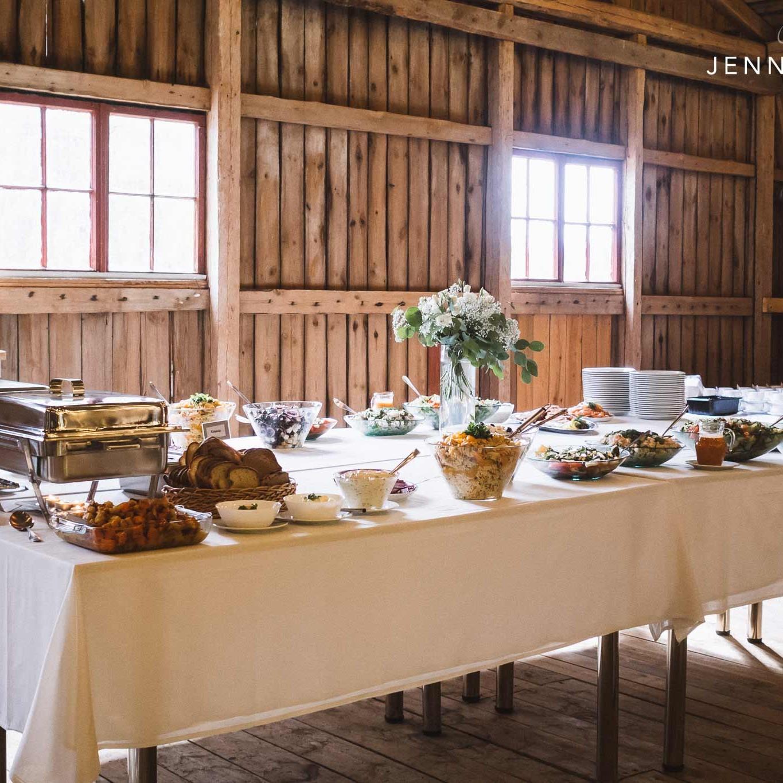 Tarjoilupöytä odottaa syöjiä Marttilan Tinkissä