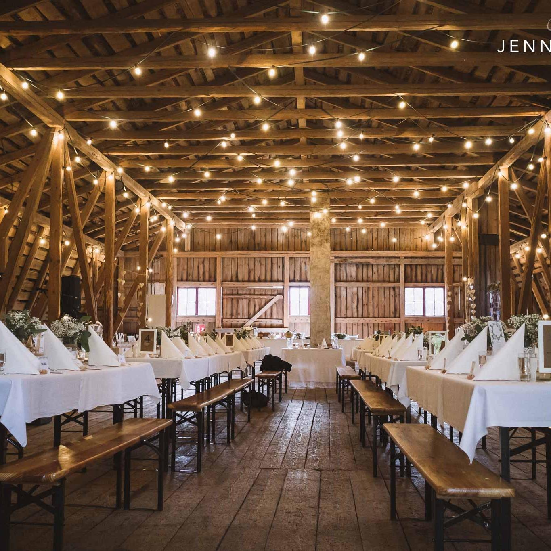 Marttilan Tinkin juhlatila ja pöydät koristeltuina