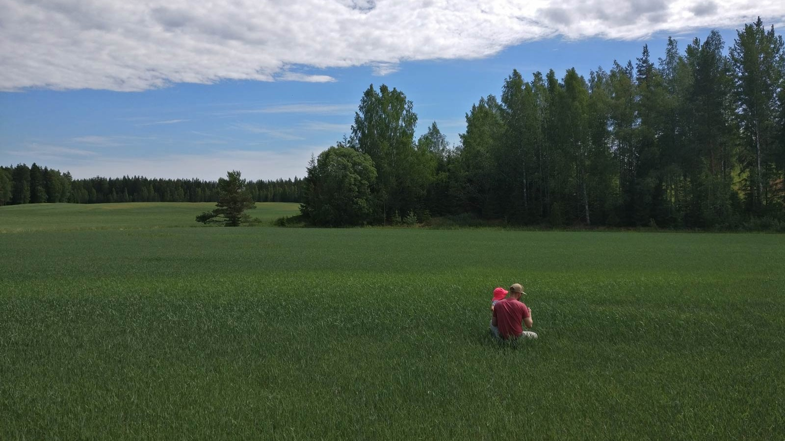 Marttilan Tilan isäntä ja tytär tarkastelemassa kasvua