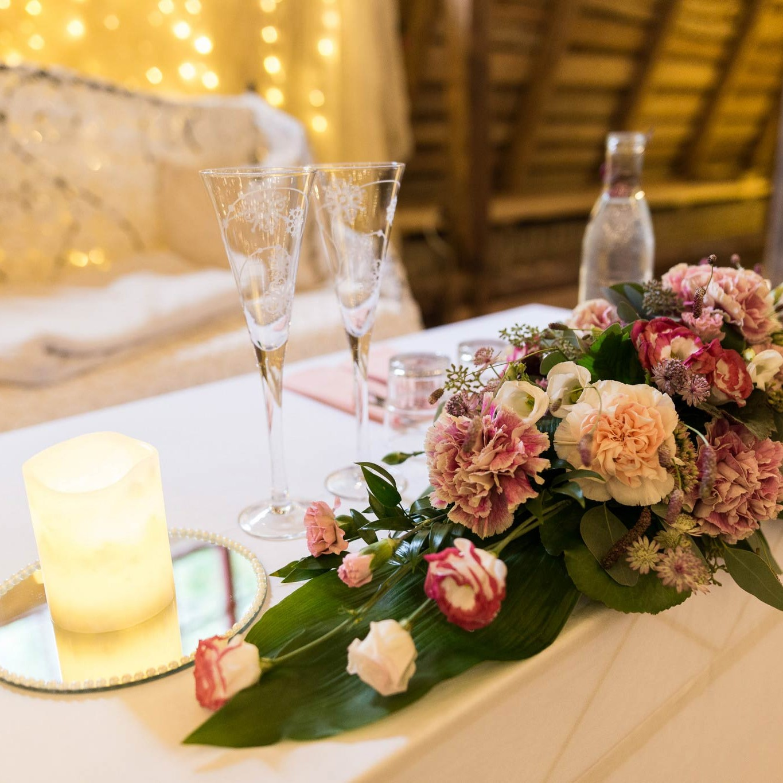 Morsiusparin pöydän kukka-asetelma