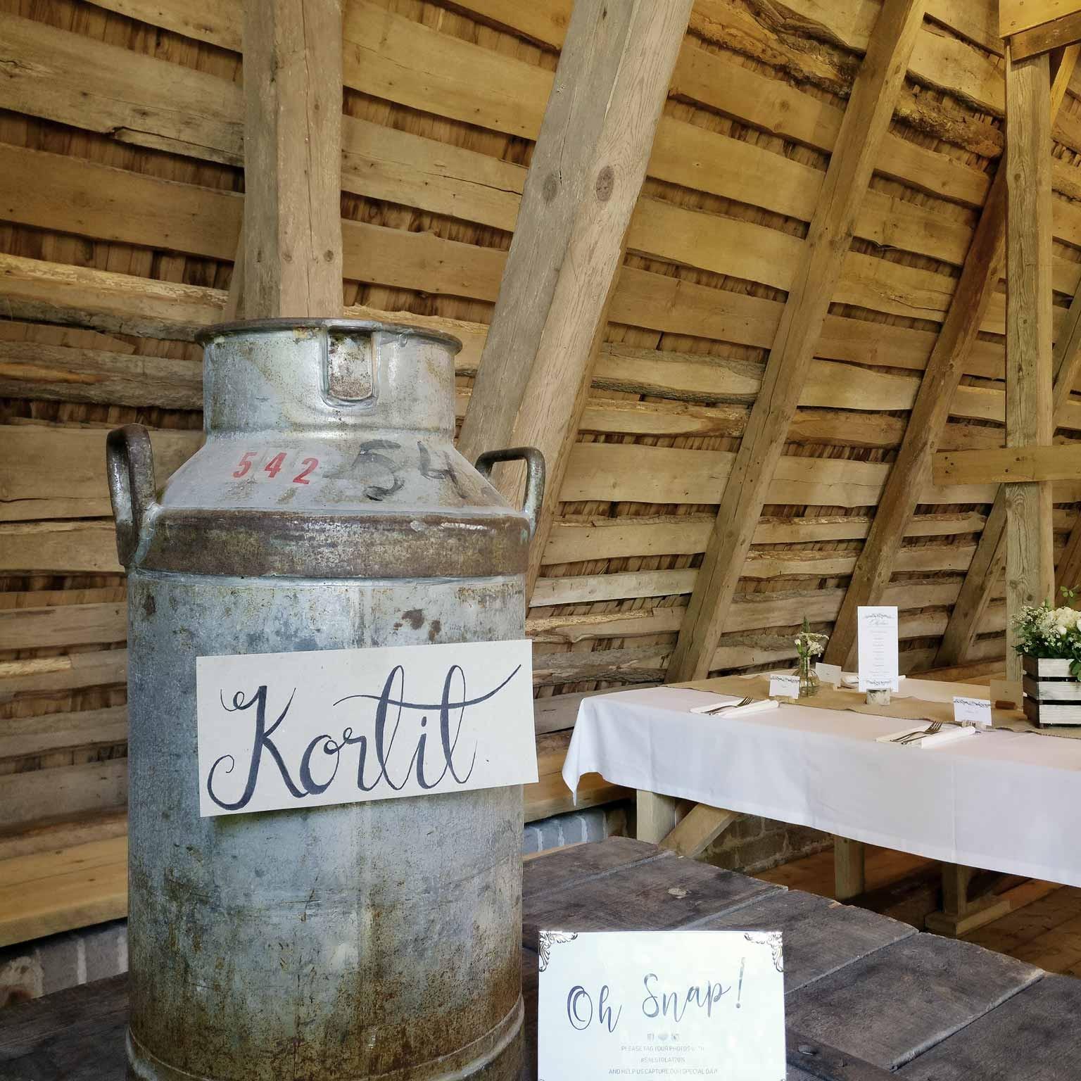 Marttilan Tinkissä hyödynnetään vanhoija maatilan välineitä hääjuhlien somistamiseen.